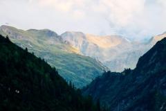 Der Ausblick auf die atemberaubende Natur des Kraftortes Oberlech lässt das Herz höher schlagen.