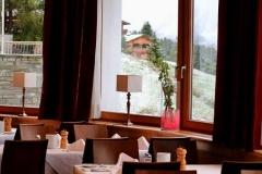 Das Panorama Restaurant verwöhnt mit ausgezeichneter Kulinarik und dem Weitblick in die alpine Landschaft.