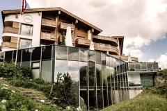 Eingebettet in die traumhafte Berglandschaft thront das besondere Refugium für die Seele auf einer Anhöhe; © Hotel Goldener Berg / DJI