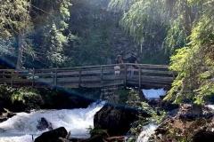 Holzbruecke, die zum Gößnitz-Wasserfall führt